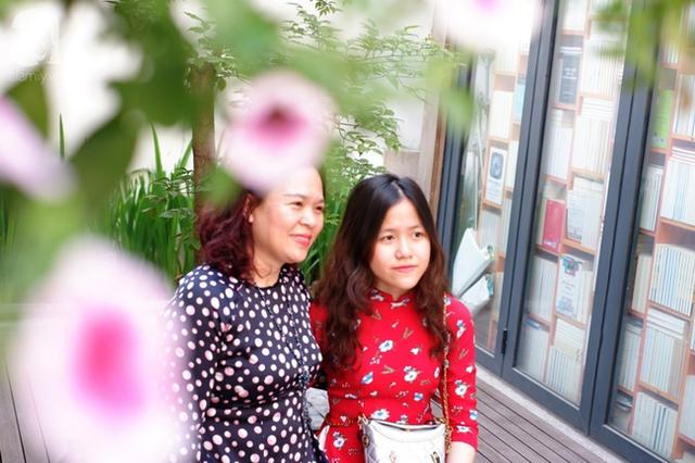 Nắng đẹp, người Hà Nội rủ nhau xuống phố du xuân, xúng xính áo dài chụp ảnh đầu năm mới - Ảnh 9.