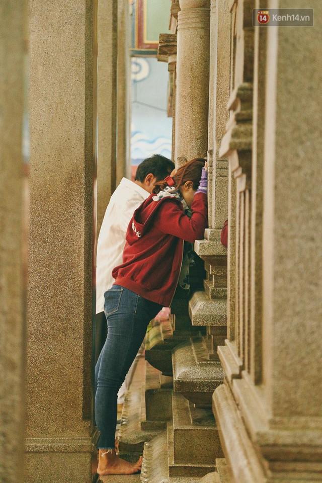 Người Sài Gòn tìm đến úp mặt tâm sự cùng tường đá trong ngôi đền Ấn giáo trăm tuổi - Ảnh 12.