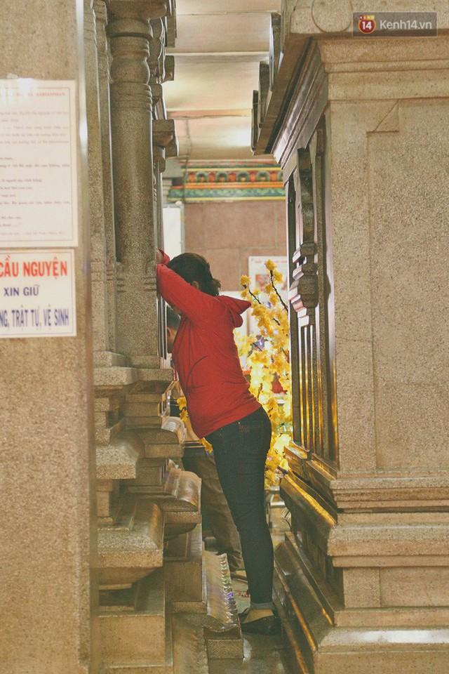 Người Sài Gòn tìm đến úp mặt tâm sự cùng tường đá trong ngôi đền Ấn giáo trăm tuổi - Ảnh 14.