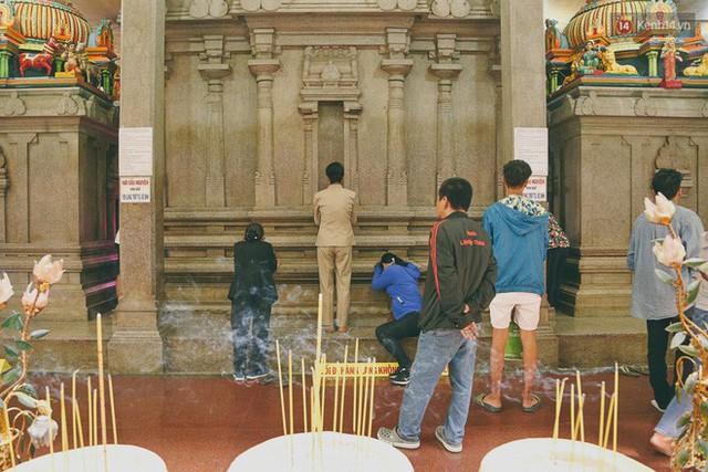 Người Sài Gòn tìm đến úp mặt tâm sự cùng tường đá trong ngôi đền Ấn giáo trăm tuổi - Ảnh 16.