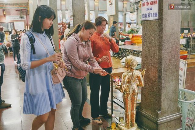 Người Sài Gòn tìm đến úp mặt tâm sự cùng tường đá trong ngôi đền Ấn giáo trăm tuổi - Ảnh 19.