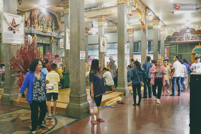 Người Sài Gòn tìm đến úp mặt tâm sự cùng tường đá trong ngôi đền Ấn giáo trăm tuổi - Ảnh 4.
