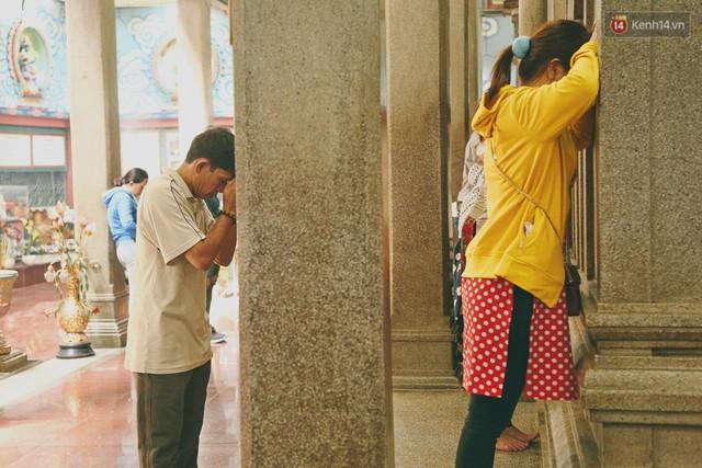 Người Sài Gòn tìm đến úp mặt tâm sự cùng tường đá trong ngôi đền Ấn giáo trăm tuổi - Ảnh 10.
