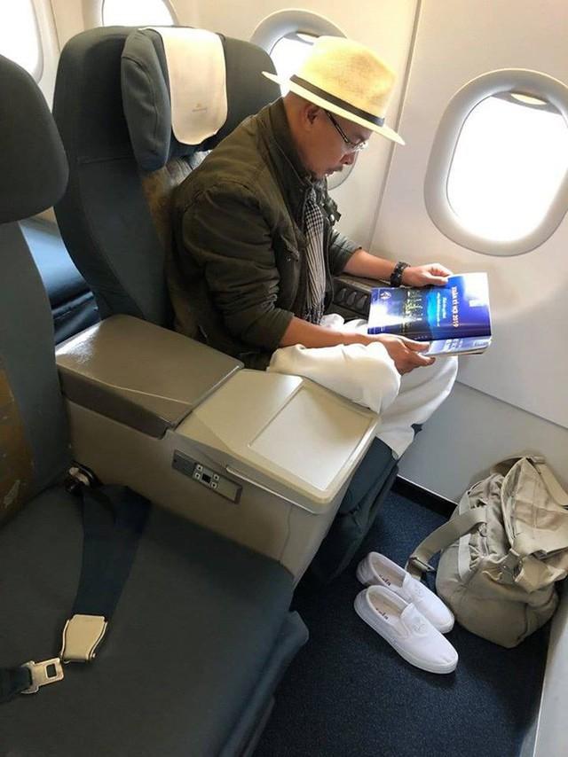 MXH xôn xao hình ảnh ông Đặng Lê Nguyên Vũ ngồi lặng lẽ trên máy bay, đôi giày trắng quen thuộc mới gây bất ngờ - Ảnh 1.