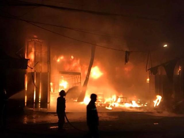 Cháy lớn lúc rạng sáng, xưởng ô tô bị thiêu rụi - Ảnh 1.