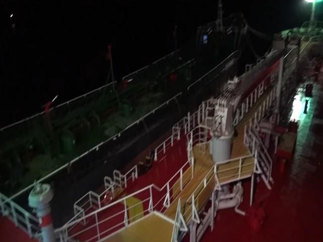 Bắt giữ tàu 2 tàu sang mạn trái phép 3 triệu lít xăng - Ảnh 1.