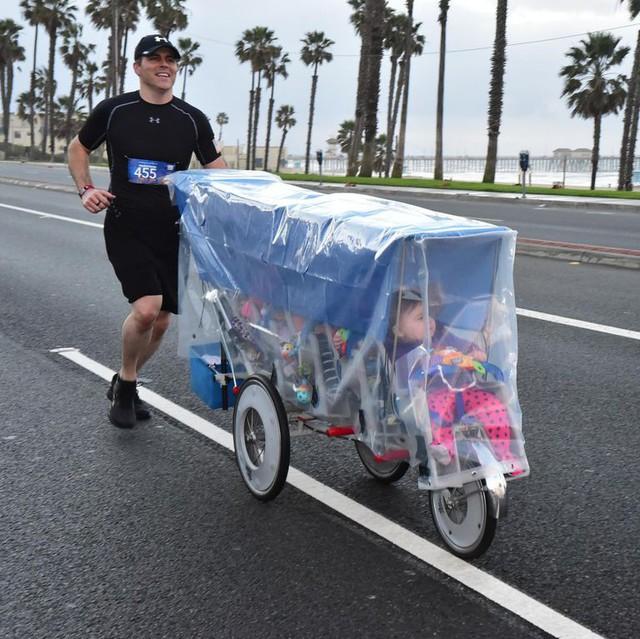 Kiên trì đẩy 5 đứa con trên quãng đường marathon dài 43 km, ông bố Mỹ khiến cư dân mạng thán phục đến rơi nước mắt khi biết lý do đằng sau - Ảnh 1.