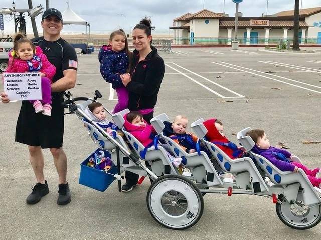 Kiên trì đẩy 5 đứa con trên quãng đường marathon dài 43 km, ông bố Mỹ khiến cư dân mạng thán phục đến rơi nước mắt khi biết lý do đằng sau - Ảnh 2.