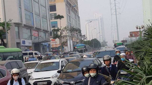Buýt BRT bị bủa vây bởi phương tiện cá nhân trên đường dự kiến cấm xe máy - Ảnh 1.