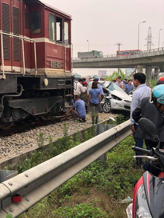 Hiện trường vụ ô tô bị tàu hỏa đâm ngang, nát bét, nguyên nhân cũng vì cố nhanh vài phút - Ảnh 2.