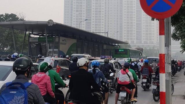 Buýt BRT bị bủa vây bởi phương tiện cá nhân trên đường dự kiến cấm xe máy - Ảnh 4.