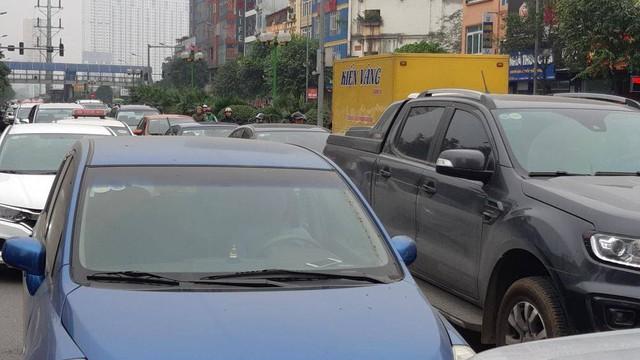 Buýt BRT bị bủa vây bởi phương tiện cá nhân trên đường dự kiến cấm xe máy - Ảnh 6.