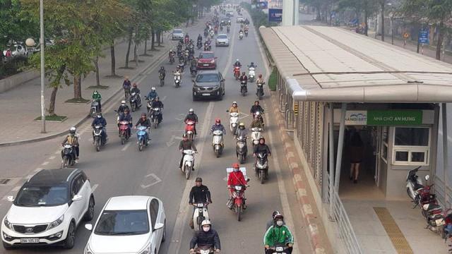 Buýt BRT bị bủa vây bởi phương tiện cá nhân trên đường dự kiến cấm xe máy - Ảnh 8.