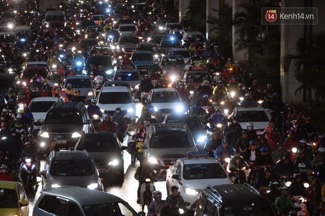 Chùm ảnh: Đây là cảnh tượng diễn ra mỗi ngày trên tuyến đường Hà Nội dự kiến cấm xe máy vào giờ cao điểm - Ảnh 10.