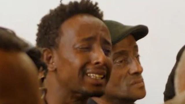 Nước mắt hoà chung sự phẫn nộ trong đám tang của phi công Ethiopian Airlines xấu số - Ảnh 4.