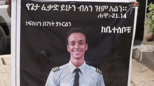 Nước mắt hoà chung sự phẫn nộ trong đám tang của phi công Ethiopian Airlines xấu số - Ảnh 1.