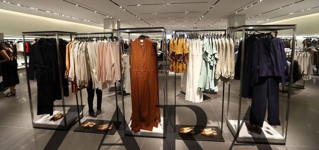 Chiến lược thống lĩnh ngành thời trang phân khúc hàng hiệu rẻ tiền của ZARA - Ảnh 2.