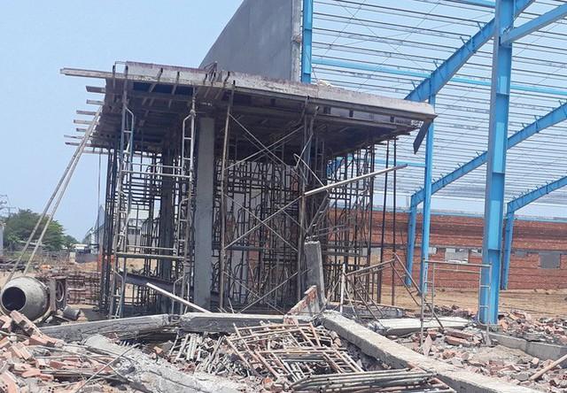Hiện trường vụ sập tường làm 6 người chết ở Vĩnh Long - Ảnh 14.