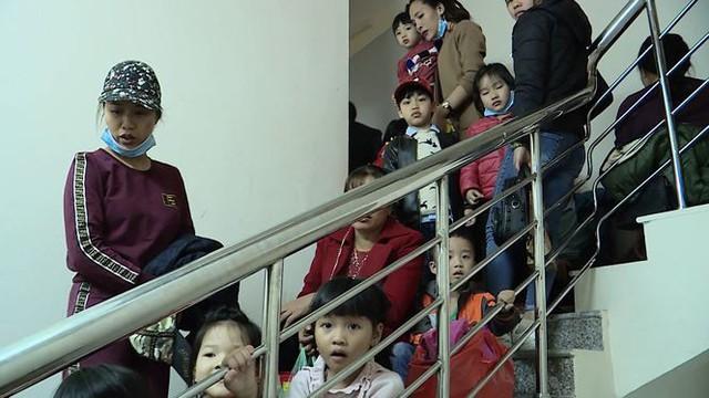Cả nghìn trẻ Bắc Ninh về Hà Nội xét nghiệm sán lợn: BV không còn chỗ chen chân - Ảnh 1.