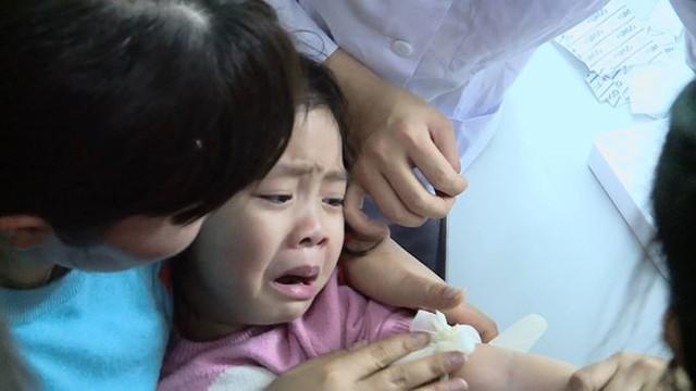 Cả nghìn trẻ Bắc Ninh về Hà Nội xét nghiệm sán lợn: BV không còn chỗ chen chân - Ảnh 2.