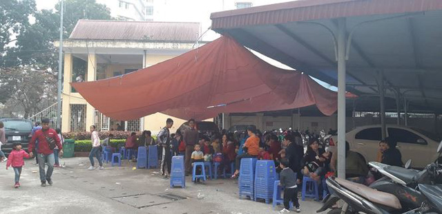 Cả nghìn trẻ Bắc Ninh về Hà Nội xét nghiệm sán lợn: BV không còn chỗ chen chân - Ảnh 5.