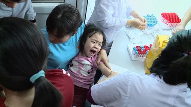 Cả nghìn trẻ Bắc Ninh về Hà Nội xét nghiệm sán lợn: BV không còn chỗ chen chân - Ảnh 8.