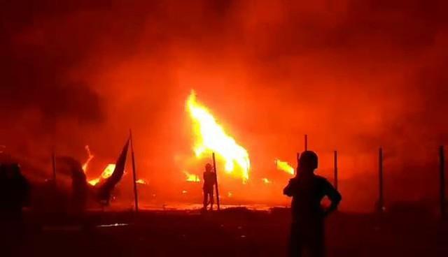 Khu nhà kho hơn 1.000m2 bị thiêu rụi, 13 căn nhà bị cháy lan - Ảnh 1.