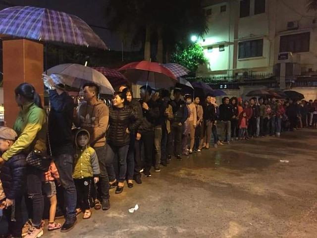 3 giờ sáng dân Bắc Ninh xếp hàng trong mưa rét chờ xét nghiệm sán lợn - Ảnh 1.