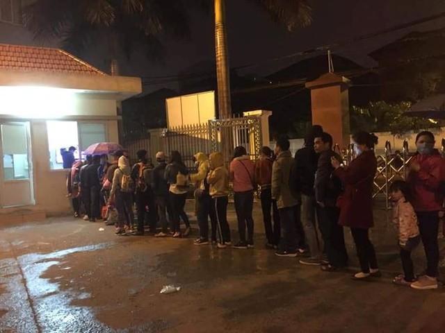 3 giờ sáng dân Bắc Ninh xếp hàng trong mưa rét chờ xét nghiệm sán lợn - Ảnh 2.
