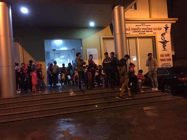 3 giờ sáng dân Bắc Ninh xếp hàng trong mưa rét chờ xét nghiệm sán lợn - Ảnh 3.