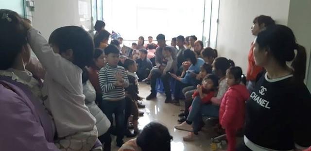3 giờ sáng dân Bắc Ninh xếp hàng trong mưa rét chờ xét nghiệm sán lợn - Ảnh 4.