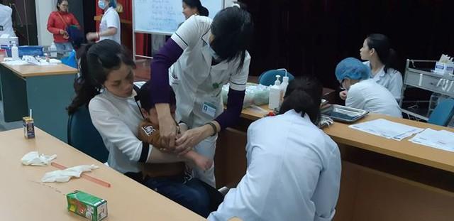 3 giờ sáng dân Bắc Ninh xếp hàng trong mưa rét chờ xét nghiệm sán lợn - Ảnh 5.