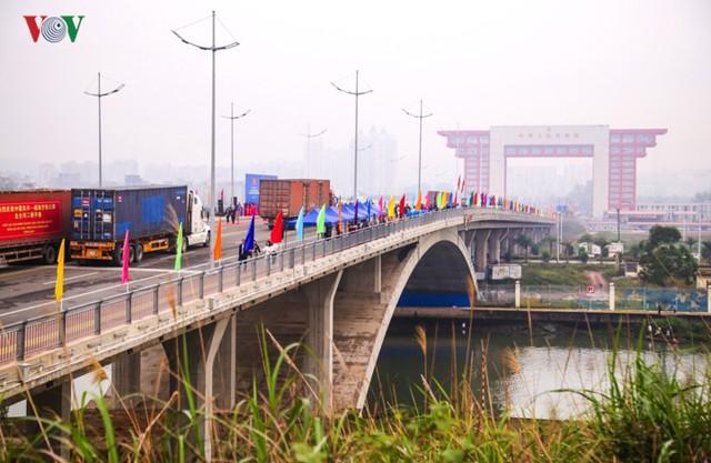 Chính thức thông quan cầu Bắc Luân II nối Việt Nam - Trung Quốc - Ảnh 1.