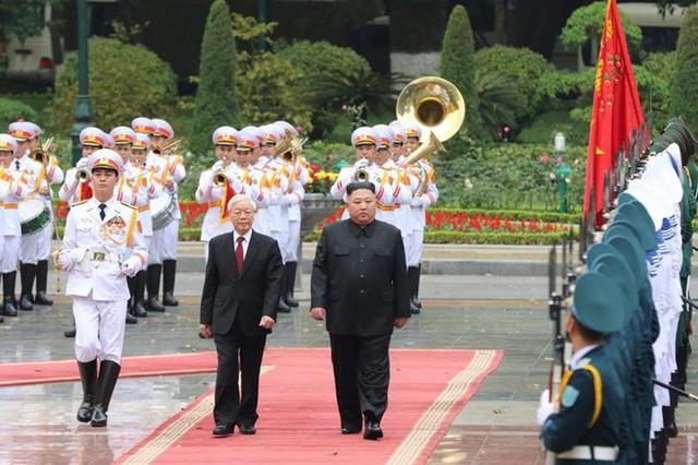 Toàn cảnh chuyến thăm chính thức Việt Nam của Chủ tịch Kim Jong Un qua ảnh - Ảnh 3.