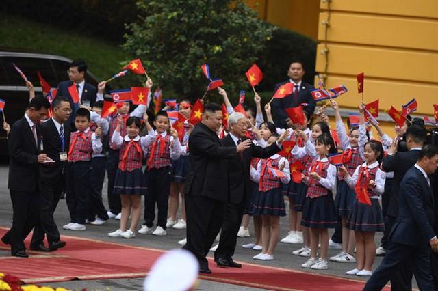 Toàn cảnh chuyến thăm chính thức Việt Nam của Chủ tịch Kim Jong Un qua ảnh - Ảnh 2.