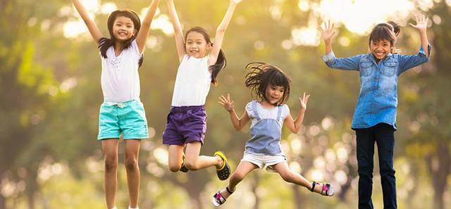 Trẻ lớn lên thành tài nhờ cha mẹ trao 8 món quà vô giá này để đủ tự tin, chủ động vươn tới đỉnh cao của chính mình - Ảnh 1.