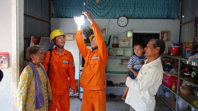 Té nước theo mưa, chủ nhà trọ công nhân chuẩn bị tăng giá điện - Ảnh 1.