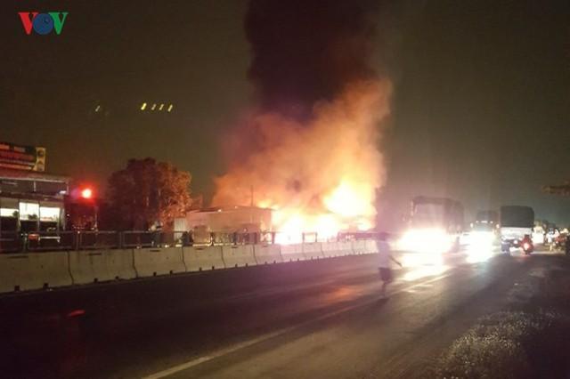 Ảnh: Hiện trường xe khách bốc cháy dữ dội trên Quốc lộ 1A - Ảnh 4.