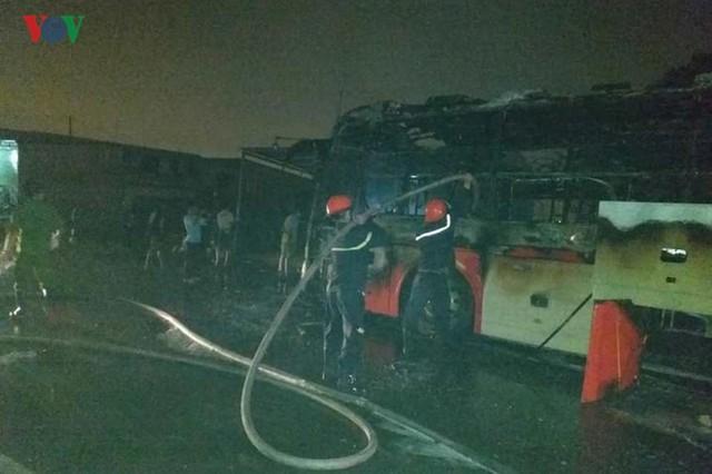 Ảnh: Hiện trường xe khách bốc cháy dữ dội trên Quốc lộ 1A - Ảnh 6.