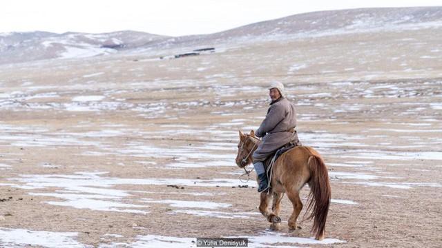 Lễ hội trên hồ đóng băng kỳ lạ của người Mông Cổ: Lạnh kinh hoàng nhưng đẹp đến mê mẩn - Ảnh 10.