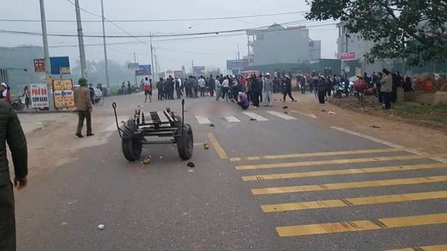 Hãi hùng hiện trường xe khách đâm chết ít nhất 7 người đi đưa tang ở Vĩnh Phúc - Ảnh 1.