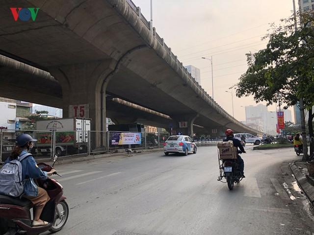 Hà Nội: 4 gầm cầu bị tuýt còi dừng trông giữ phương tiện vẫn hoạt động - Ảnh 2.