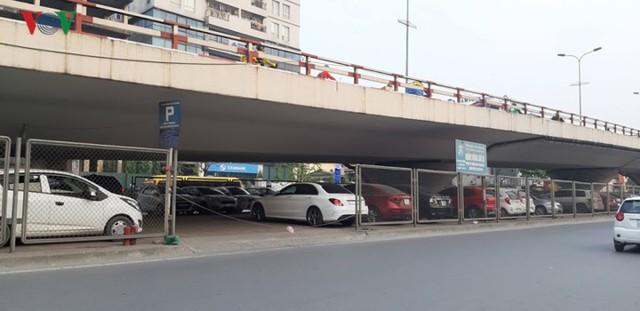 Hà Nội: 4 gầm cầu bị tuýt còi dừng trông giữ phương tiện vẫn hoạt động - Ảnh 11.