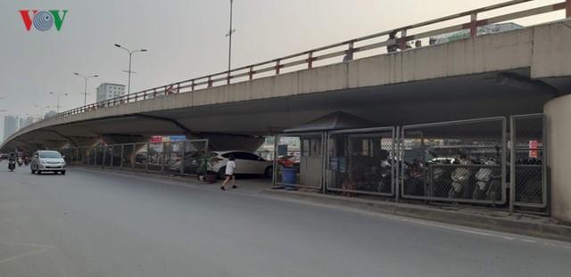 Hà Nội: 4 gầm cầu bị tuýt còi dừng trông giữ phương tiện vẫn hoạt động - Ảnh 12.