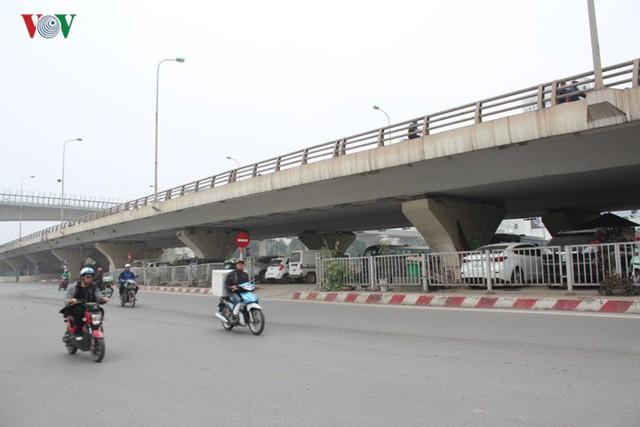 Hà Nội: 4 gầm cầu bị tuýt còi dừng trông giữ phương tiện vẫn hoạt động - Ảnh 15.