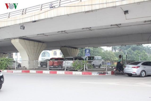 Hà Nội: 4 gầm cầu bị tuýt còi dừng trông giữ phương tiện vẫn hoạt động - Ảnh 16.