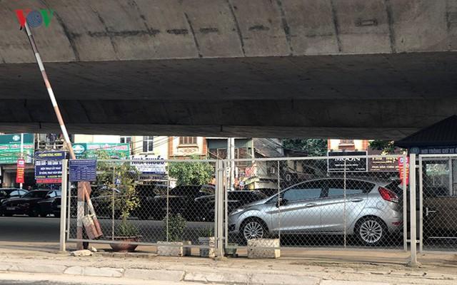 Hà Nội: 4 gầm cầu bị tuýt còi dừng trông giữ phương tiện vẫn hoạt động - Ảnh 3.