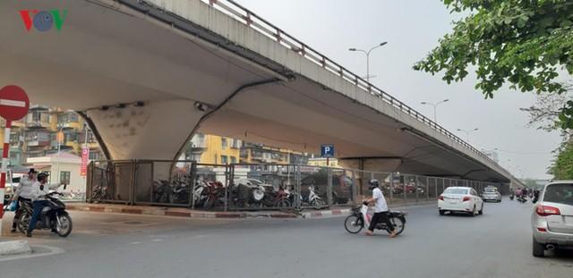 Hà Nội: 4 gầm cầu bị tuýt còi dừng trông giữ phương tiện vẫn hoạt động - Ảnh 9.