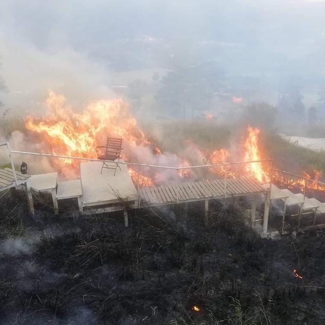Homestay nổi tiếng nhất nhì ở Đà Lạt bị cháy lớn, nhiều du khách hoảng loạn - Ảnh 1.