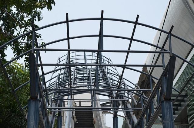Cận cảnh nhà ga đường sắt Cát Linh – Hà Đông nham nhở, bong tróc, xuống cấp trước ngày vận hành - Ảnh 8.